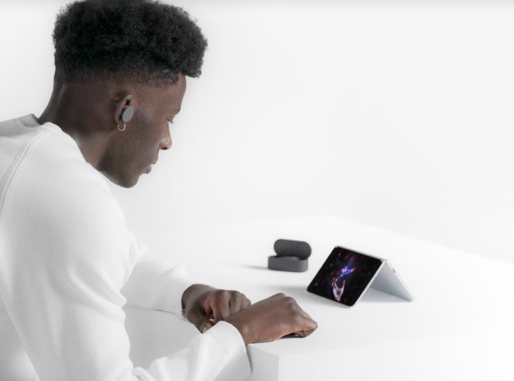 顯示方面可如電腦般,上面屏幕下面鍵盤;也可反轉座枱。