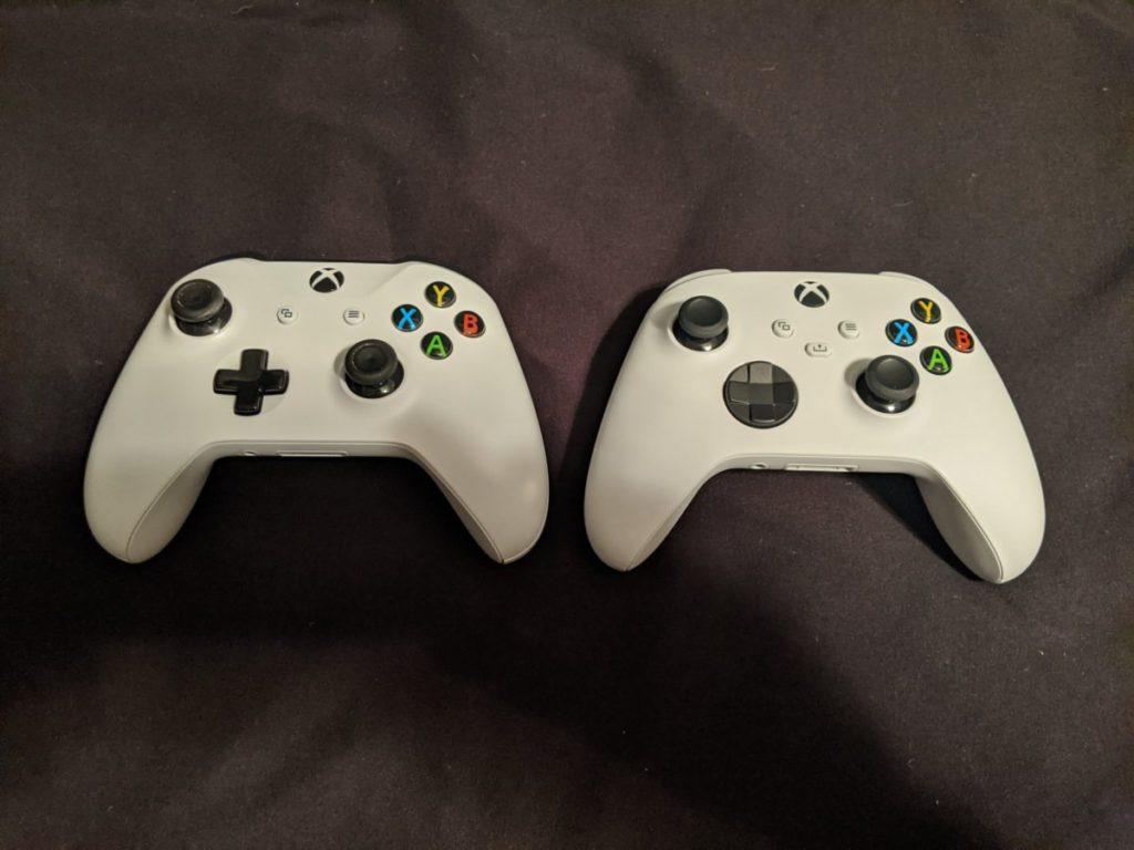 右邊為 Xbox 新款手掣,明顯可見使用了新款的 D-PAD(十字鍵部分)。