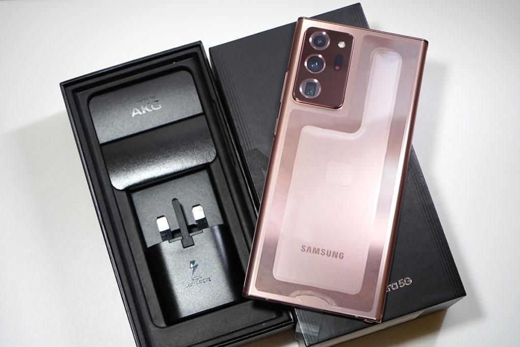 拿起 Galaxy Note20 Ultra 本體後便可看到下層的配件。