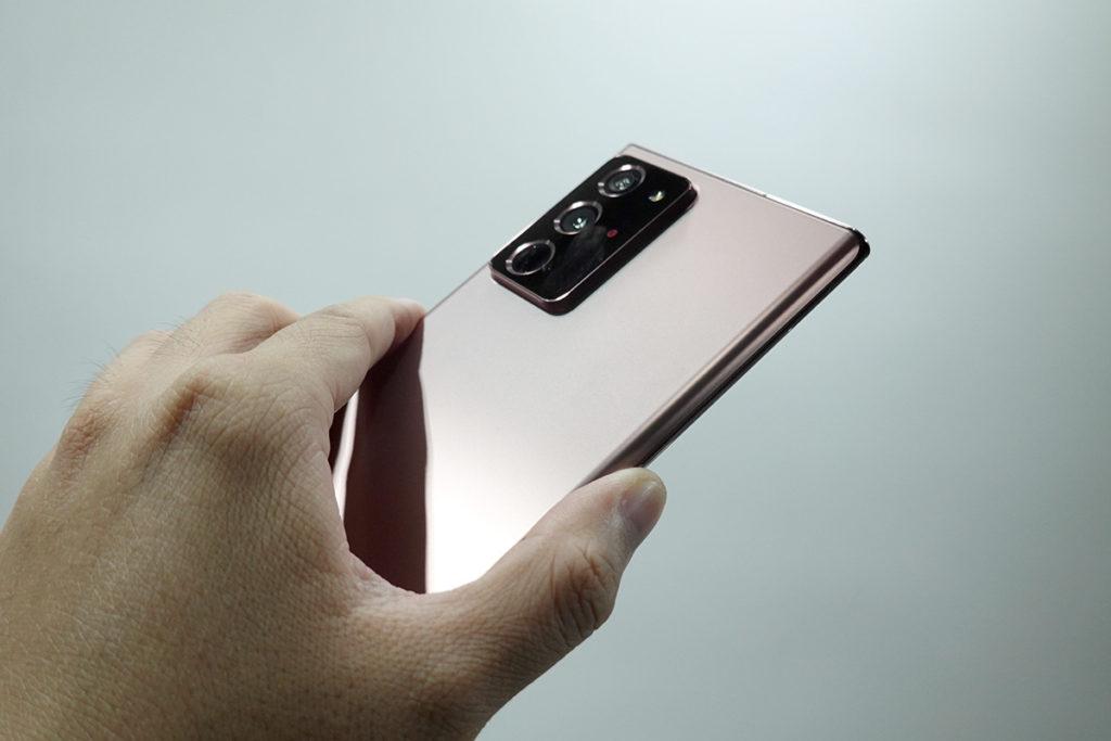 Galaxy Note20 Ultra 的三鏡頭為 108MP 主鏡、 12MP 超廣角鏡及 12MP 遠攝鏡的組合,提供 5 倍光學變焦及最多 50 倍 Space Zoom 高倍數變焦,並更搭載雷射對焦功能。