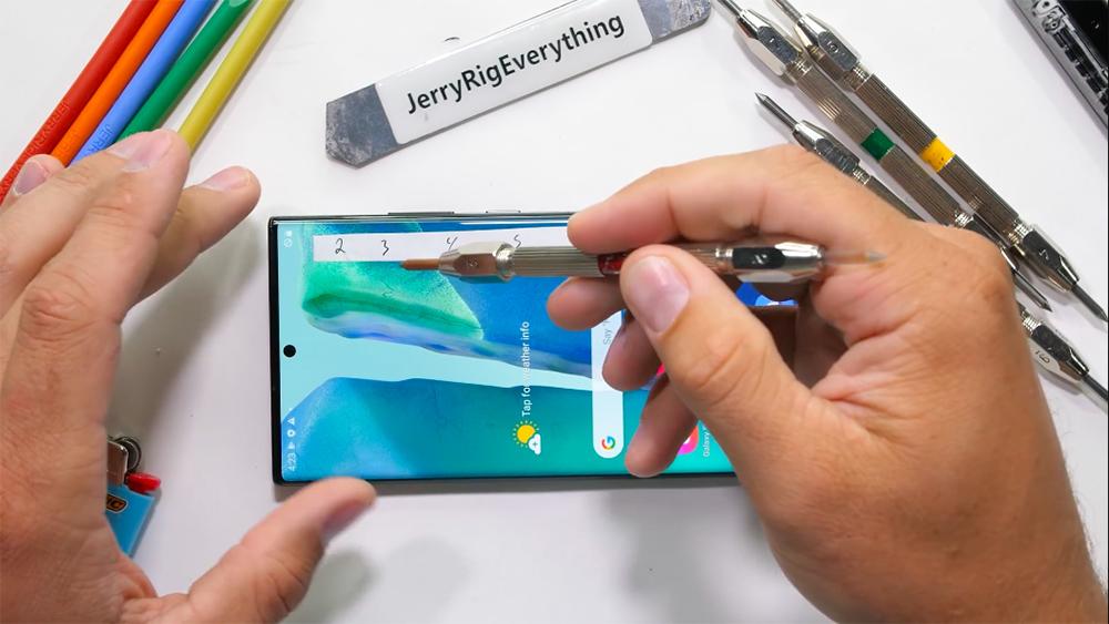 要去到第七級硬度的螺絲刀才會在 Galaxy Note20 Ultra 屏幕上留下較為明顯的劃痕。