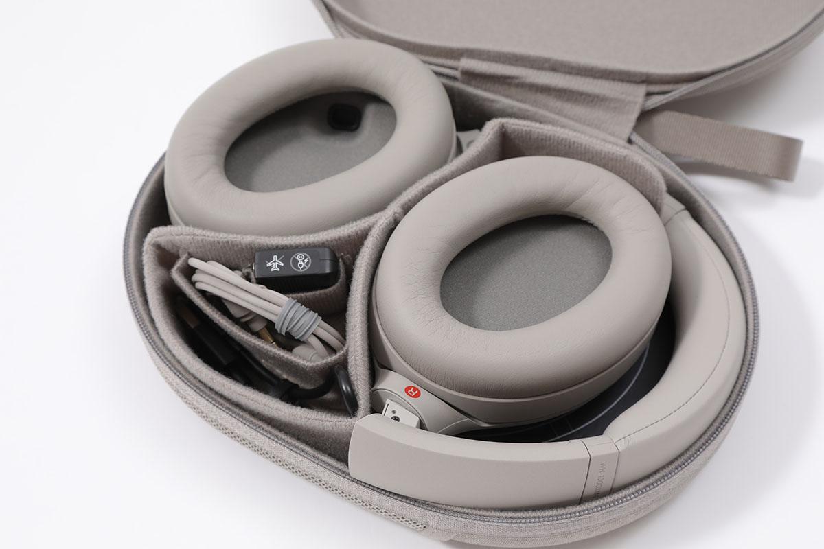 耳機的攜帶盒和上幾代差不多,有 3.5mm 耳機線和飛機用耳機插。