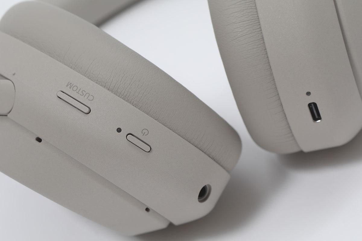 耳機的左邊耳罩外,有三點式咪高峰列陣,提升對話收音表現。