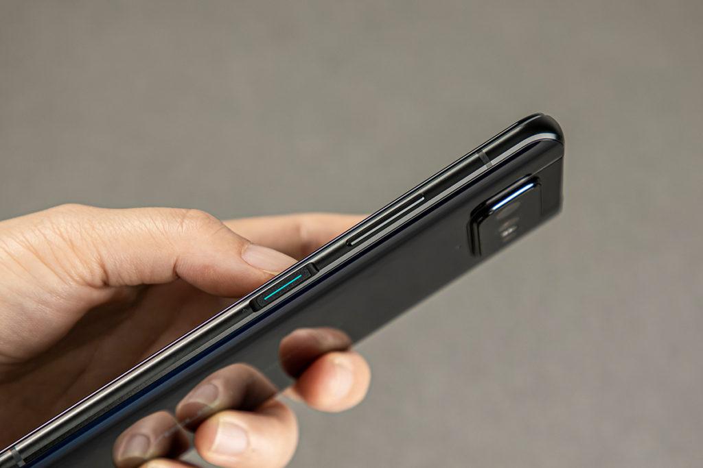 整合指紋感應器的主開關位於機側,而且兼具 Smart Key 功能。