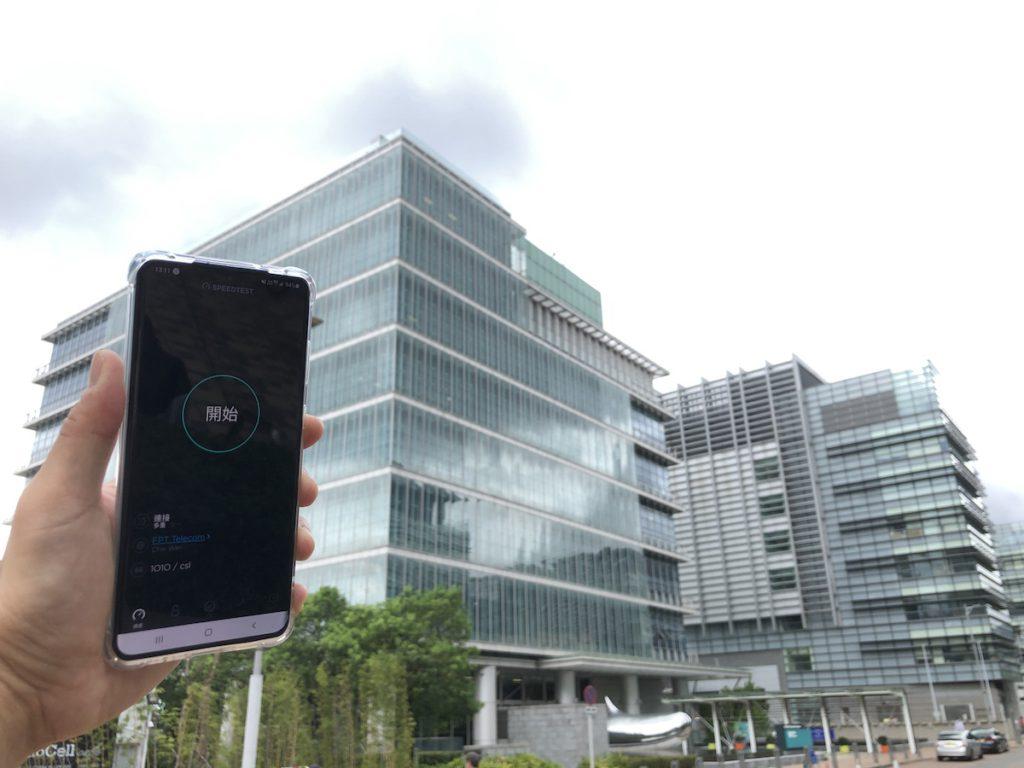 至於支援 4.9GHz 的 Galaxy S20+ 顯示出實心的 5G 訊號圖示,表示接收到真 5G 訊號,於《Speedtest.net》也能以 5G 測速,速度當然有所提升。