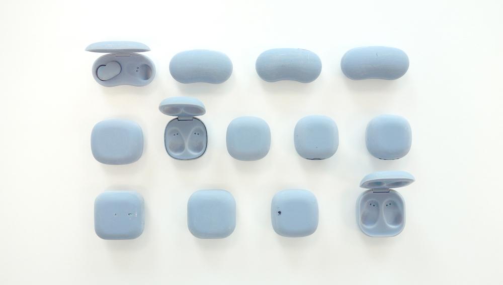 便攜式充電盒也經歷過多款樣本設計,才達到今日的像珠寶盒般形狀。