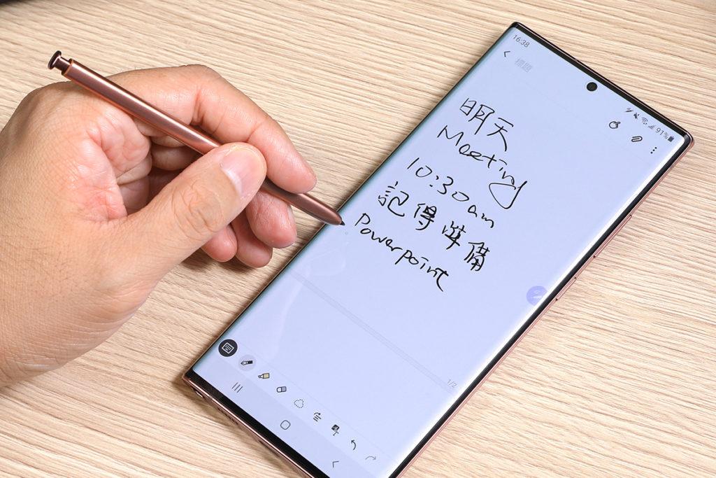 S Pen 內部的陀螺儀與加速度感應器均作出強化,時延減少近 80%,而且運用 A.I.人工智能技術,預測用戶的書寫路徑,令書寫手感更即時,提升 S Pen 反應速度,猶如在一般紙張上書寫。