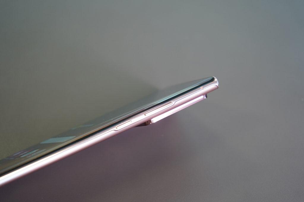 音量及開關鍵轉到機身右側,與 Galaxy S20 Ultra 相同。這張相片也可見相機模組有一定厚度。