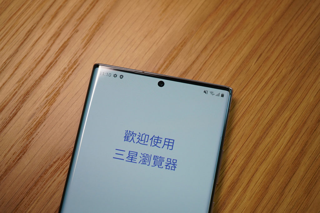 Galaxy Note 20 Ultra 的 6.9 吋屏幕為Infinity-O Display設計,開孔內置 10MP 前置鏡頭。