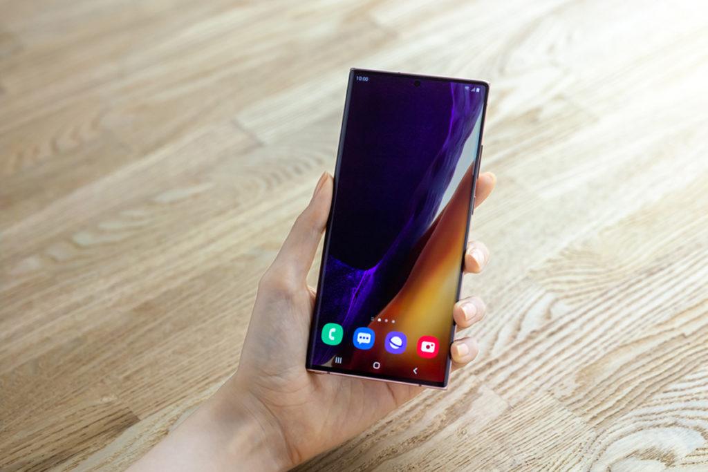 Galaxy Note 20 Ultra 使用 6.9吋 Dynamic AMOLED 2X 屏幕、Galaxy Note 20 則為 6.7 吋,兩者屏幕都具備120Hz更新率。