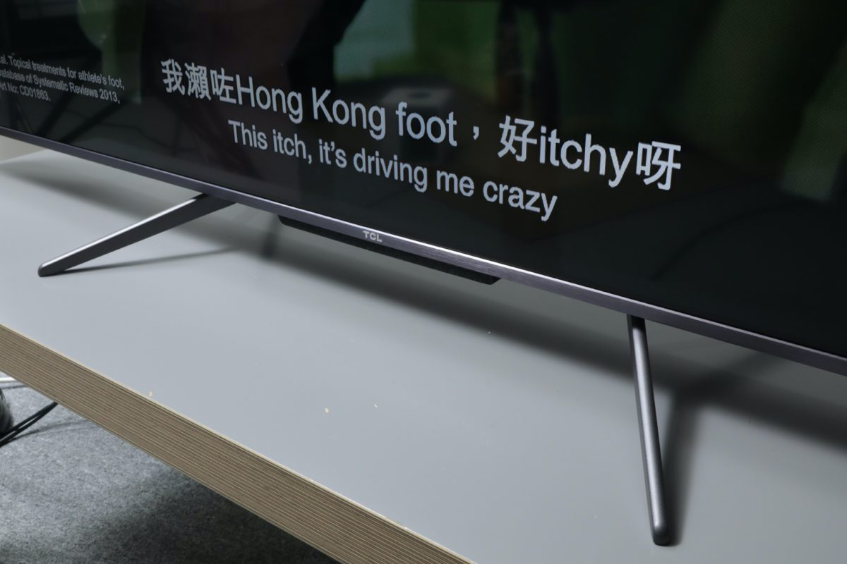 TCL C716 雖然是國產電視,但設計跟日韓系電視走得好近,例如近年流行的雙腳架安裝設計,可以裝在中間,又或者電視機身兩側,方便擺放 Soundbar,又或者細電視櫃之間可作彈性選擇。