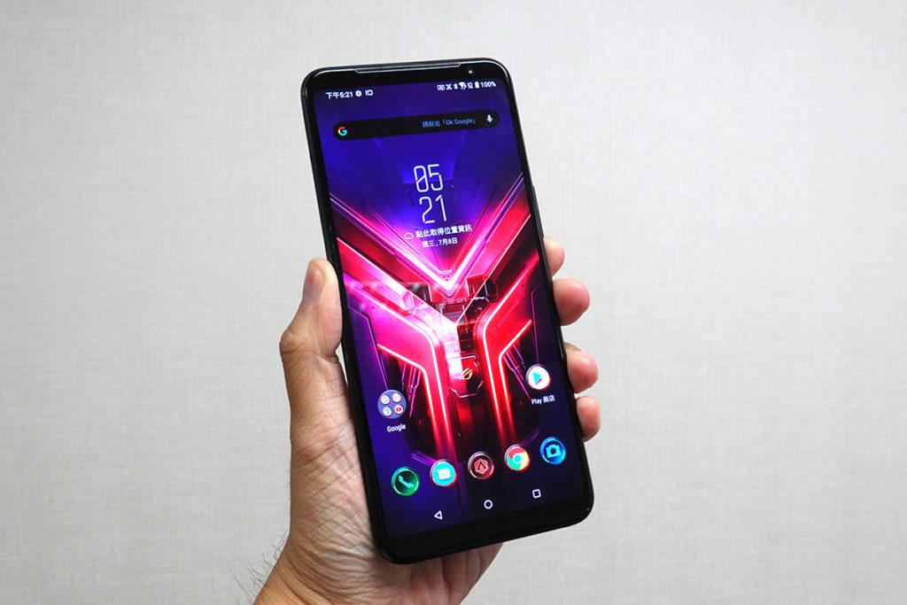 ROG Phone 3 的 6.59吋 FHD+屏幕為 AMOLED 面板,支援 HDR10+ 及達 Delta E<1 規格,更達到了144Hz 更新率,加上270Hz 觸控採樣率,令手感更精準。
