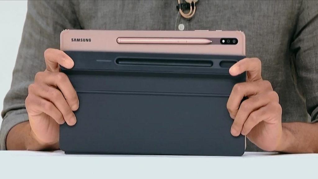 改良版 S Pen 以磁吸的方式放到機背以及充電。