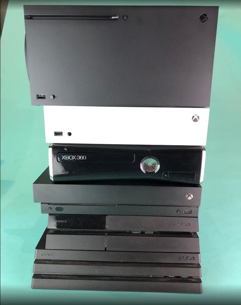 4 台新舊 Xbox 與 PS4 | Pro 主機厚度比較。