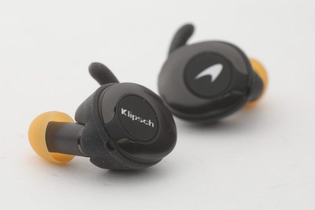 右邊耳機會有 McLaren 車隊的標誌