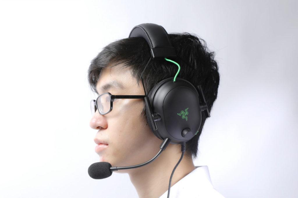 頭帶下的 Y 字支架可調整耳罩距離,筆者帶起來十分舒適。