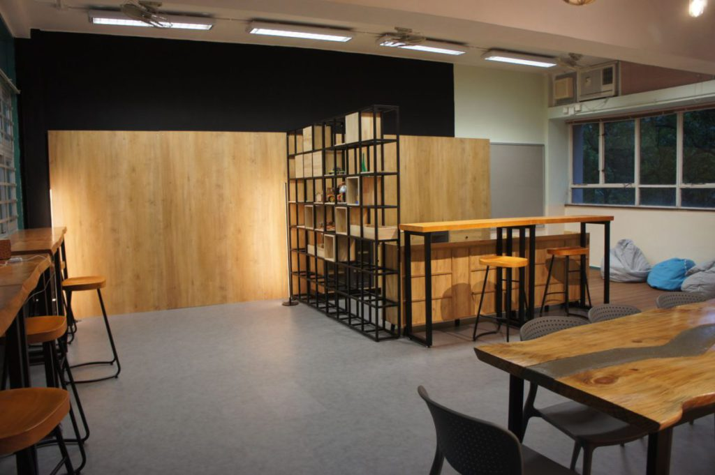 STEM 主題,例如課室裡最搶眼的大型木枱也是校內團隊自製。