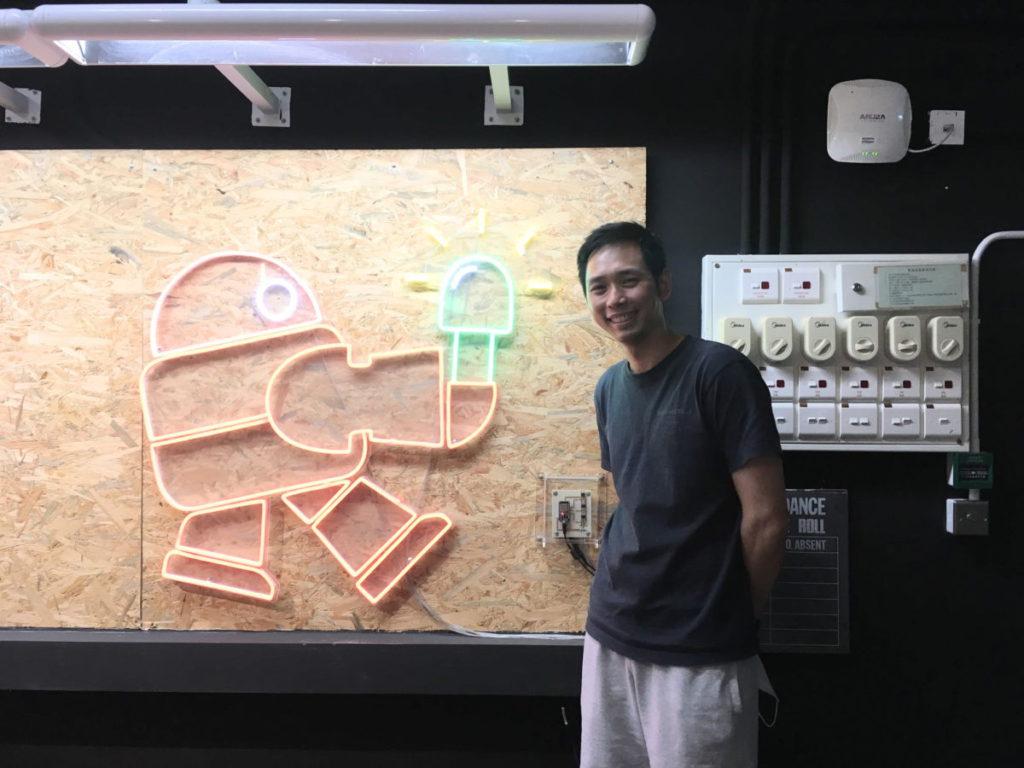 靚中 STEM 教育統籌主任陳瑋麟,向小記講解智能燈可用智能電話遙控牆上的大型燈飾,整體內容是教師團隊為學生學習設計。
