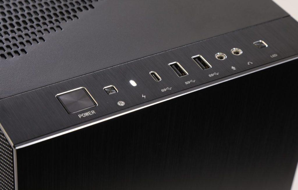 前置面板採用平整的鋁板設計,並提供 USB Gen2 Type-C 10Gps 埠。