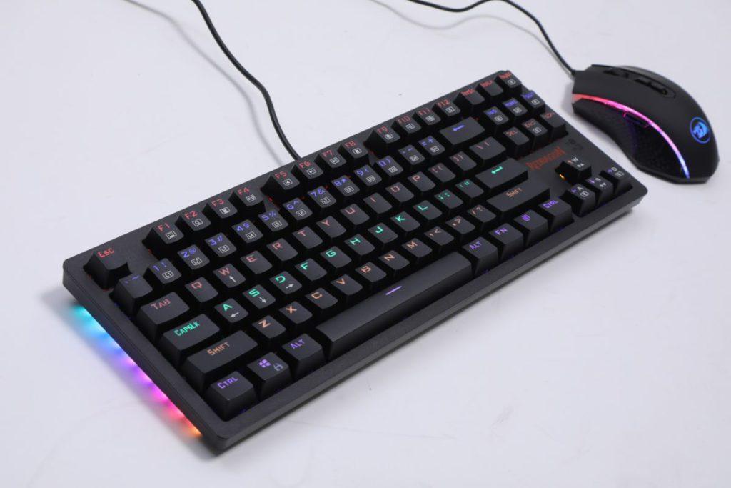 S113 TKL RAINBOW 是由鍵盤及滑鼠組成。