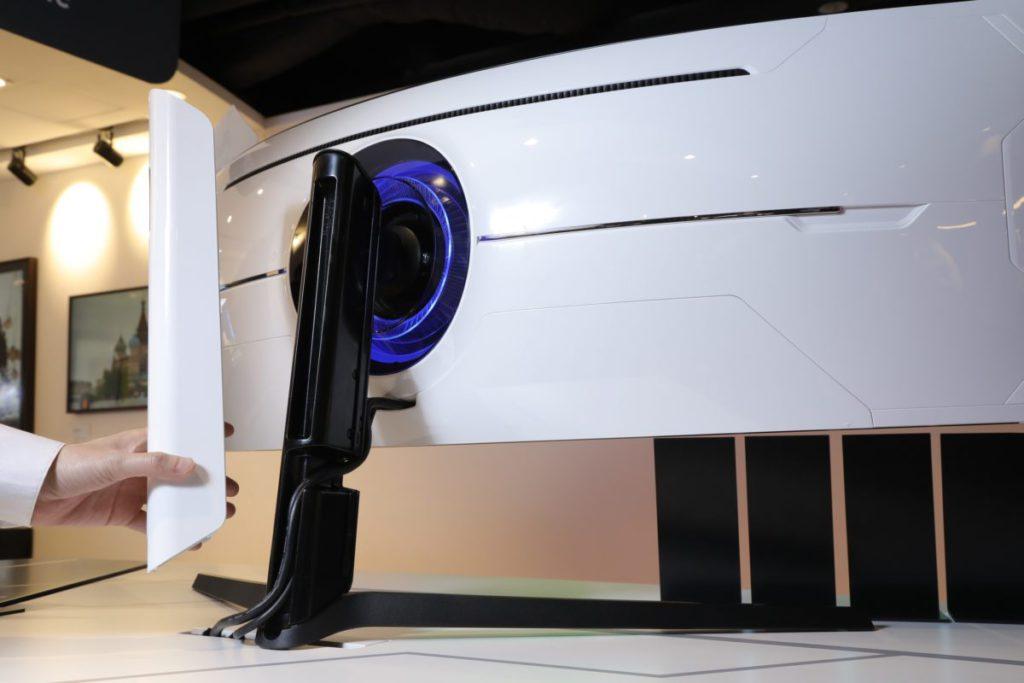 支架有特別設計,可讓玩家將電線隱藏起來,從背面觀看就更加美觀。