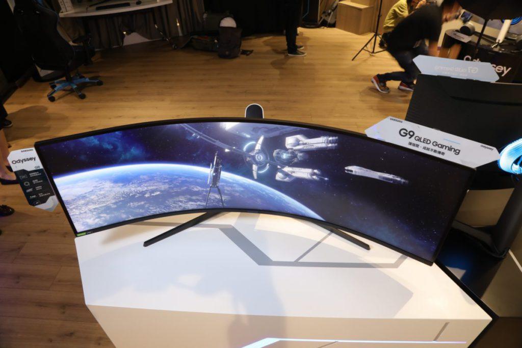 從上方拍攝 Odyssey G9 ,讓大家知道 1000R 大約有著什麼的效果。