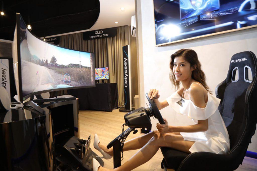 遊玩載具模擬遊戲時因包圍感提升,置身於其境的感覺會更強。