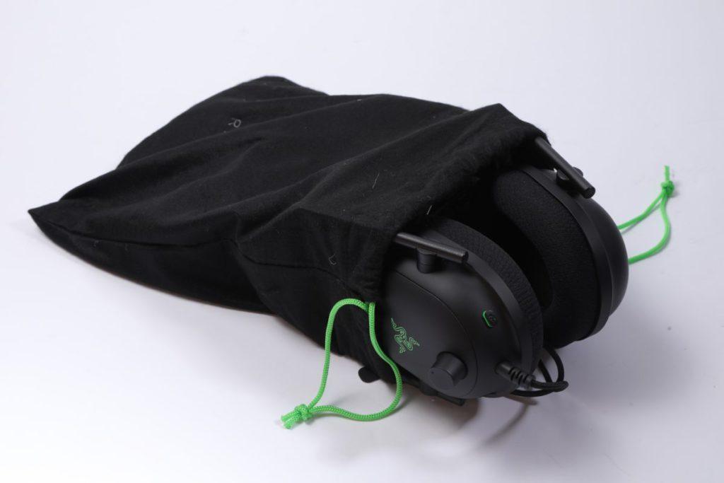 附有一個黑色布袋讓用家在無需使用時收藏耳機及電線。