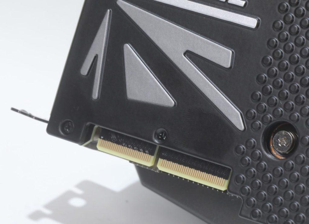 頂部設有 SLI 用的 Connector,也是 RTX 3090 卡的共同特徵。