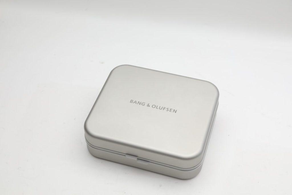 金屬製的耳機盒可謂份量十足