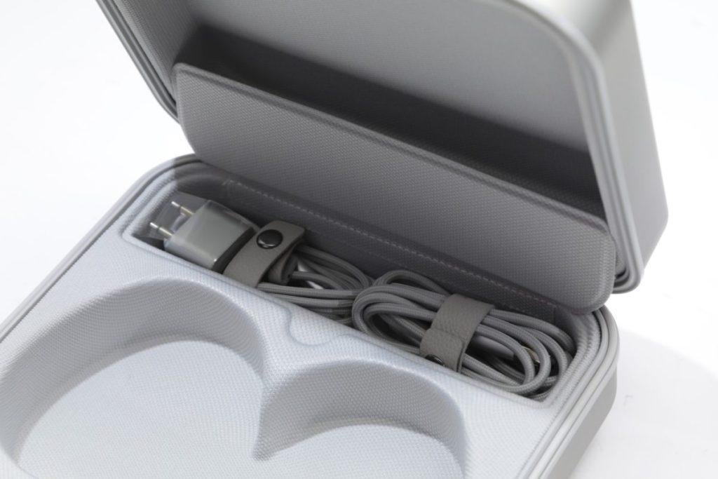 耳機盒內有一個小空間,用來收納耳機線及 USB-C 充電線