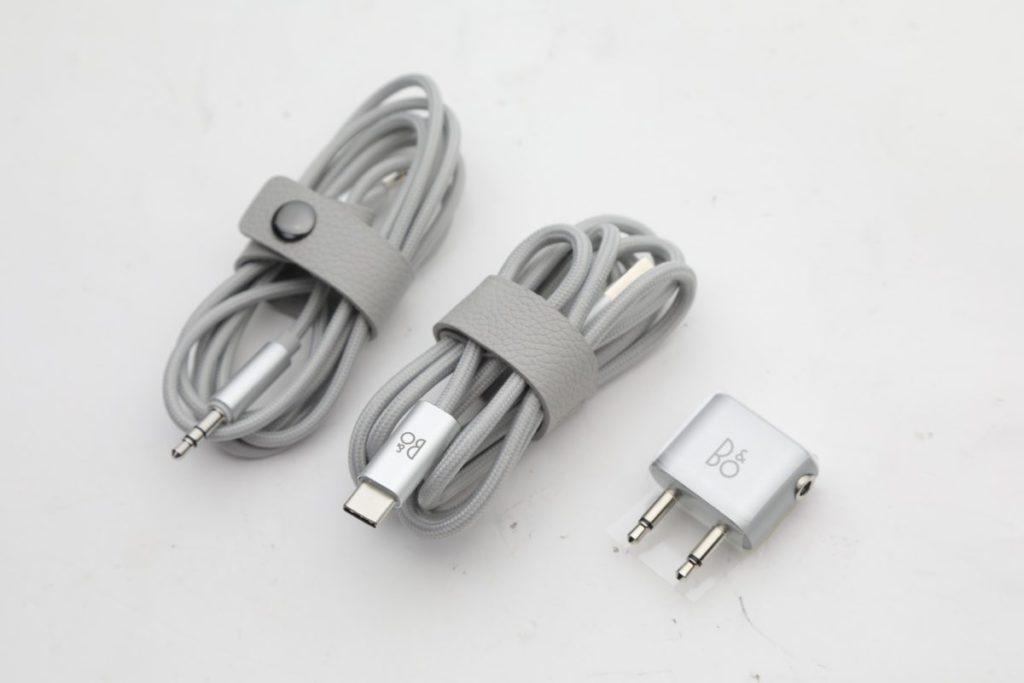 耳機及充電電線外層以編織尼龍線包裹,再加上皮革製造的集線扣,氣派十足
