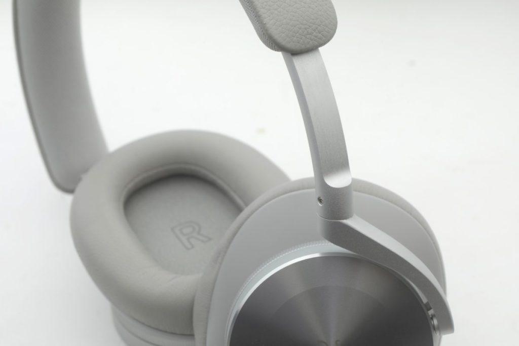 BeoPlay H95 採用罩耳式設計,耳機面板用上不同金屬處理,可算別樹一幟。