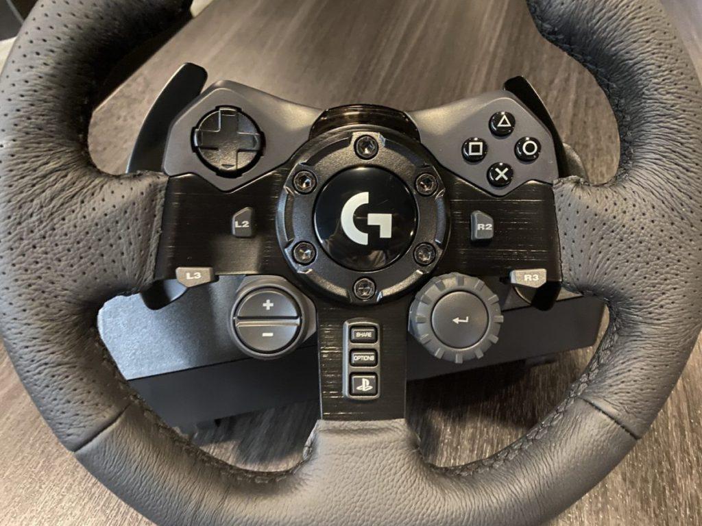 上方有齊 PS4 手掣的按鍵,令玩家無需透過手掣操作。