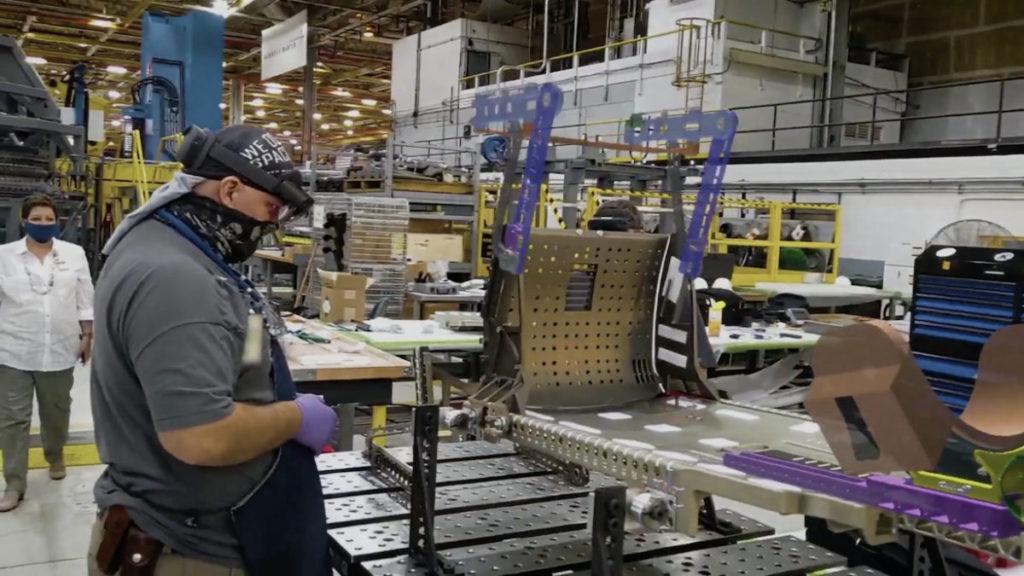 通過 HoloLens 2 給㺁戶座太空船安裝座椅,工人直接看到指示,毋須翻查說明書。