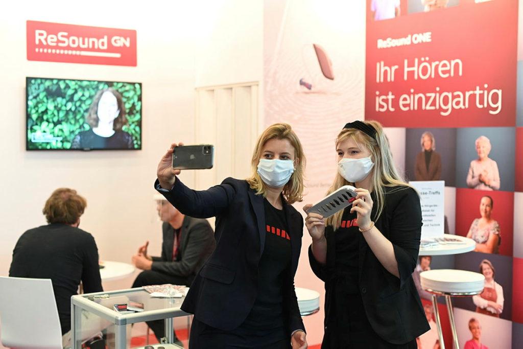 疫情雨,雖說網上展覽會是新常態,但實體展館才有的互動與觸感卻難以被取代。