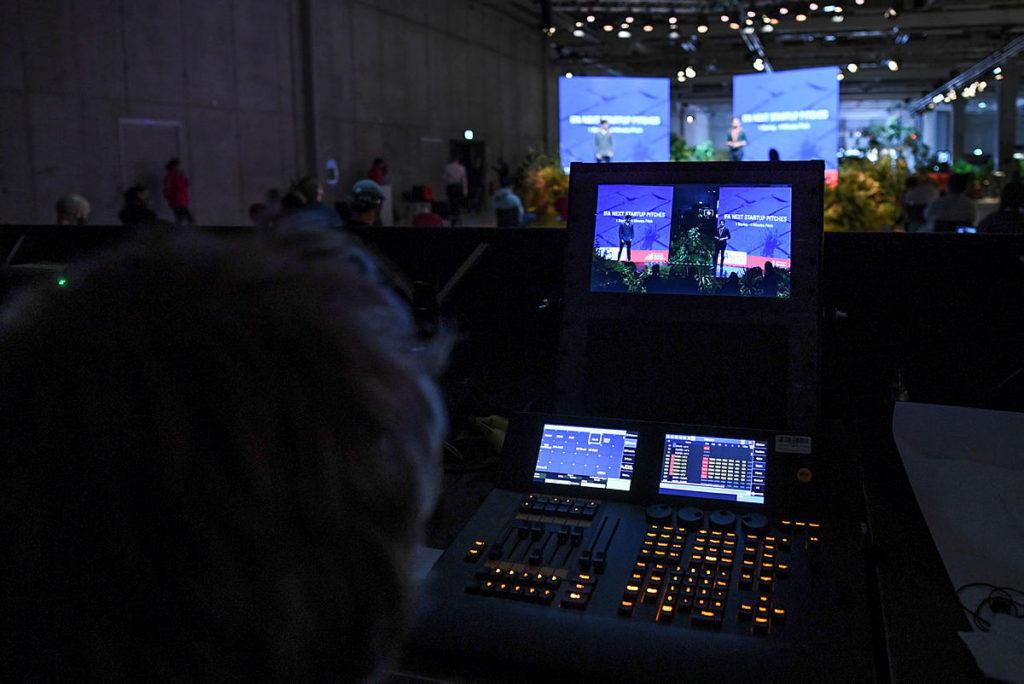 展覽期間不少 Keynote 都是現場以 Live 形式製作,影視製作接近電視台規模。