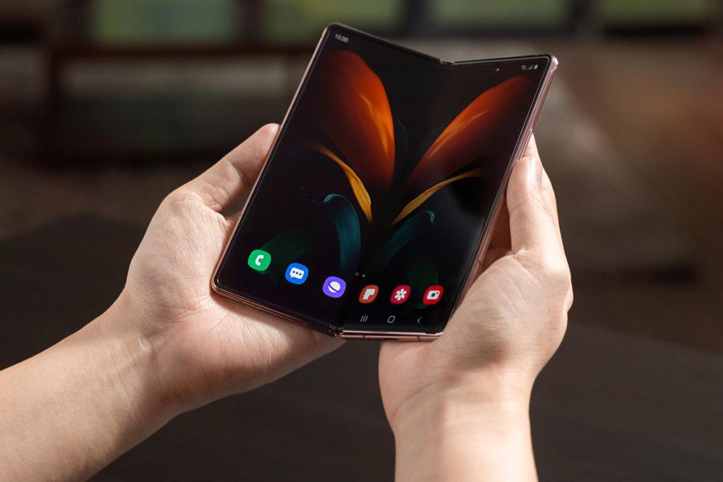 打開 Galaxy Z Fold 2 後即可見 6.7 吋 Infinity-O 極限全屏幕,同樣是較上代 7.3 吋更大,有著1.12倍的面積增長,而且機邊更較上代纖巧了27%。