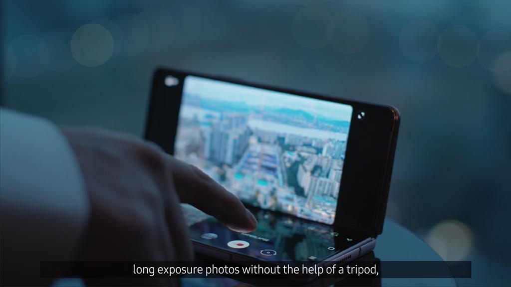 Galaxy Z Fold 2 於 75度至 115 度打開時均可放穩,因此與 Z Flip  一樣具備 Flex Mode,例如放好在檯面進行自拍或視像通話又或者睇片。