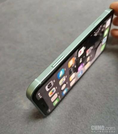看到機身邊框改用 iPhone 4 年代的平直設計
