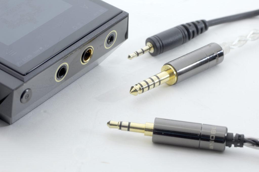 KANN ALPHA 最大特式之一,是有齊雙平衡輸出,中間為 4.4mm,右邊為 2.5mm,亦有左邊的 3.5mm 插頭。