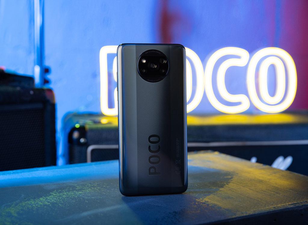 POCO X3 NFC 機背三段式設計並在中間位置加入細紋與 POCO 字樣,將機身外觀年輕化。