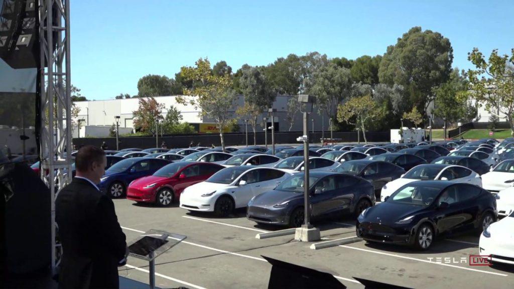 今年 Tesla 電池日在公司停車場舉行,來賓都坐在自己的車裡,像去汽車影院一樣。