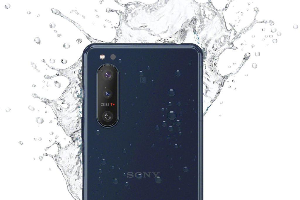 這張流出圖片表示 Sony XPERIA 5 II 一樣支援防水機能,更會多一款藍色可揀。