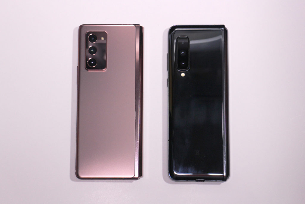 機背:兩機均是使用三鏡主攝,Galaxy Z Fold2 的設計與 Galaxy Note20 系列一致,三隻「大眼」而且鏡頭模塊相當突出。另外亦可看到 Galaxy Z Fold2 的機身外觀是較 Galaxy Fold 方正。