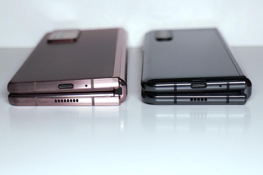 摺疊:摺起後兩機屏幕中間的間隙差距分別不大,但 Galaxy Z Fold2 轉軸位設計得較厚身。