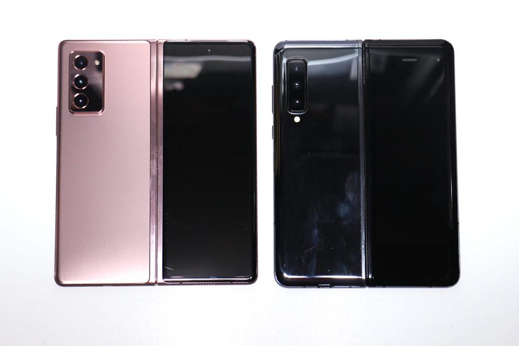 打開:兩機同樣是使用書揭形式使用設計,從機背轉軸位可見,Galaxy Z Fold2 密合程度再高一點。