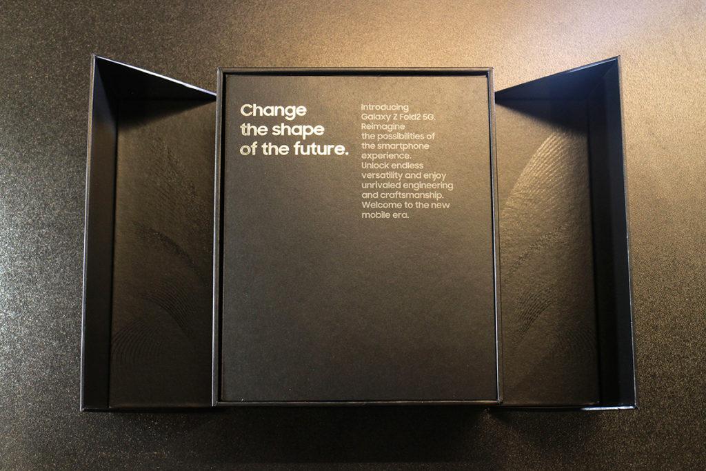 打開內盒時是要左右揭開,就像打開 Galaxy Z Fold 2 的動作一樣。