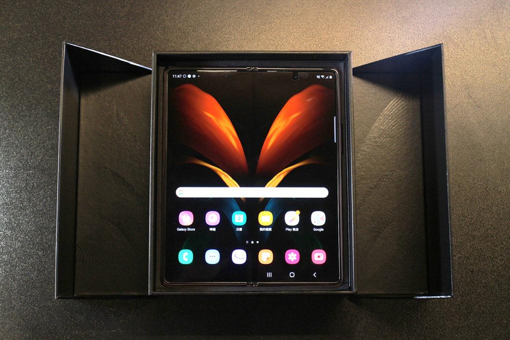 拿起配件盒就可看到 Galaxy Z Fold2 的本體。