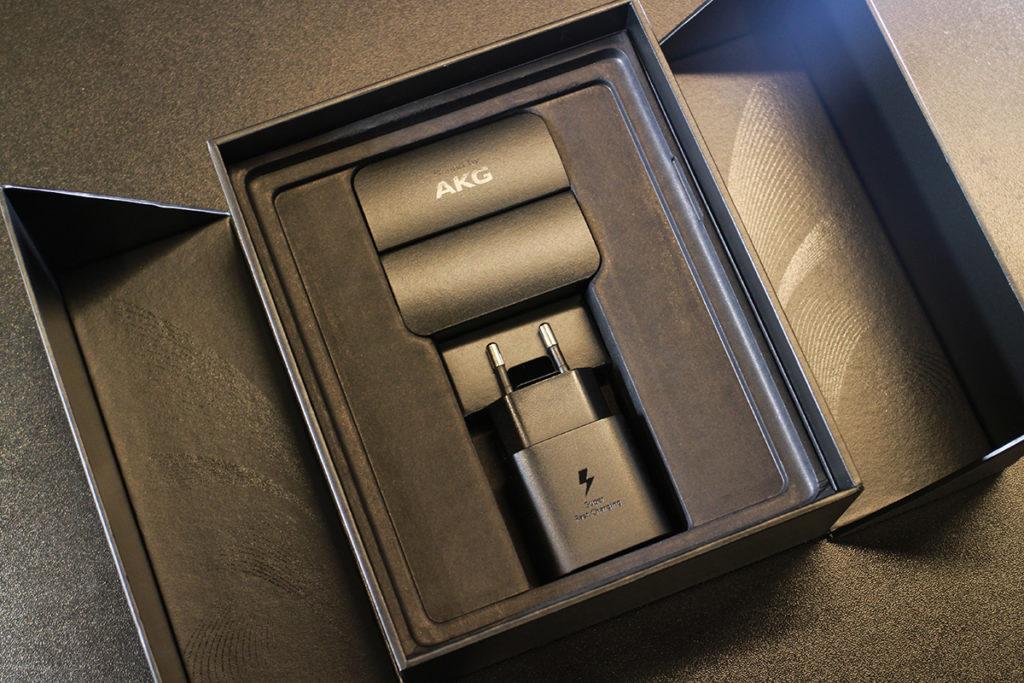 本體下方則藏有經 AKG 調音的 USB-C 耳機、充電器及傳輸線等其他配件。